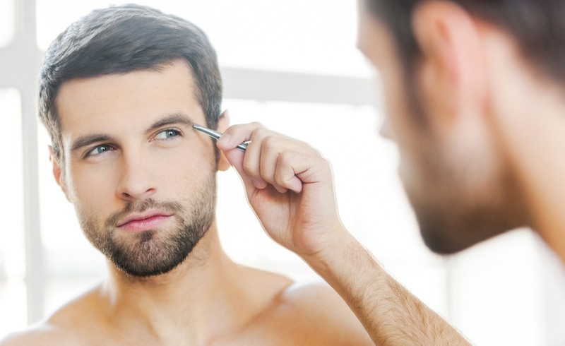 man-plucking-eyebrows